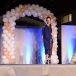 Modella con vestito di tessuto blu e vestiti da sposa