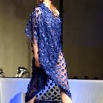 Modella con vestito di tessuto blu