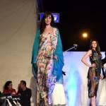 Modella con vestito di tessuto colorato