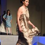 Modella con vestito di tessuto dorato